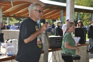Oregon VP Ron Verzuh pitches PNLHA to the crowd at the Eugene/Springfield Labor Day picnic.